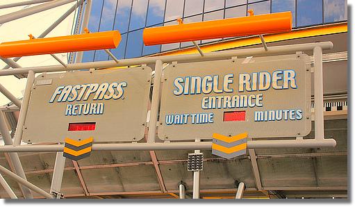 Entrada de FastPass+ à esquerda e de Single Riders à direita, no Epcot.