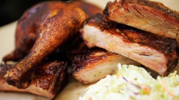 Combo de costelinha e frango com salada de repolho