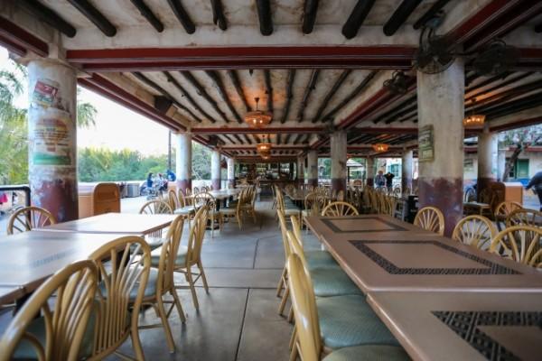 Área com mesas próxima ao restaurante Tusker House - Em frente ao Tamu Tamu