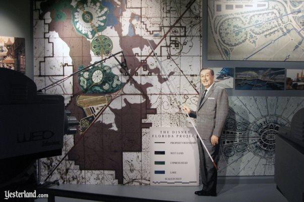 História da Disney - Walt Disney apresentando o Florida Project.