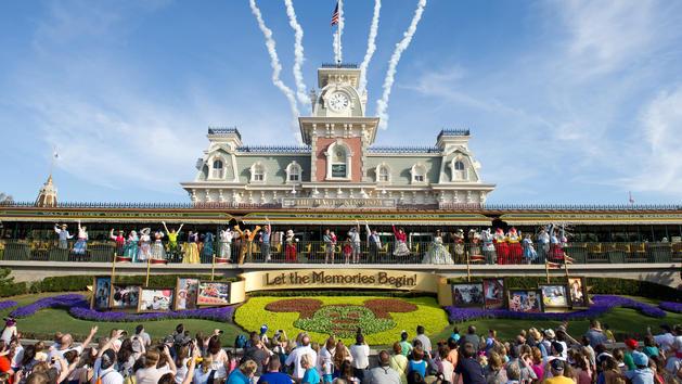 O Show de Abertura atual traz os personagens até a Estação de Trem na entrada do parque